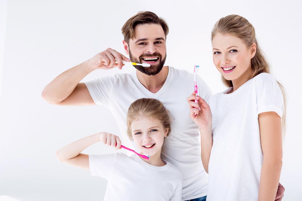 картинка семья чистит зубы город становится мене